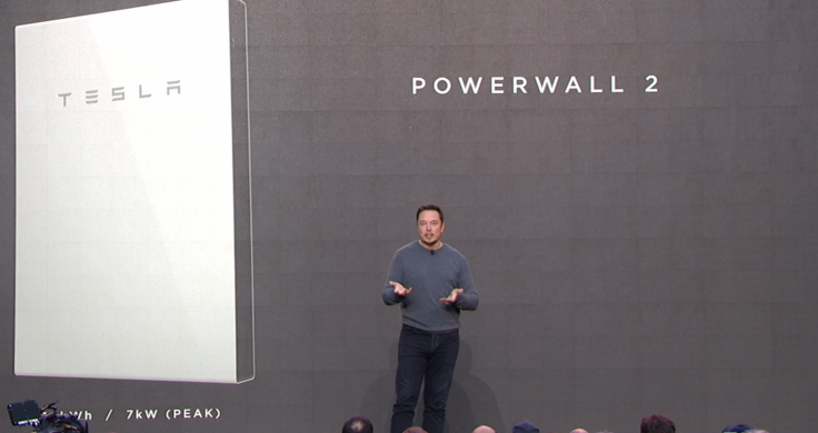 Elon-Musk-explaining-the-Tesla-Powerwall-2-at-Los-Angeles-28th-October-2016.png